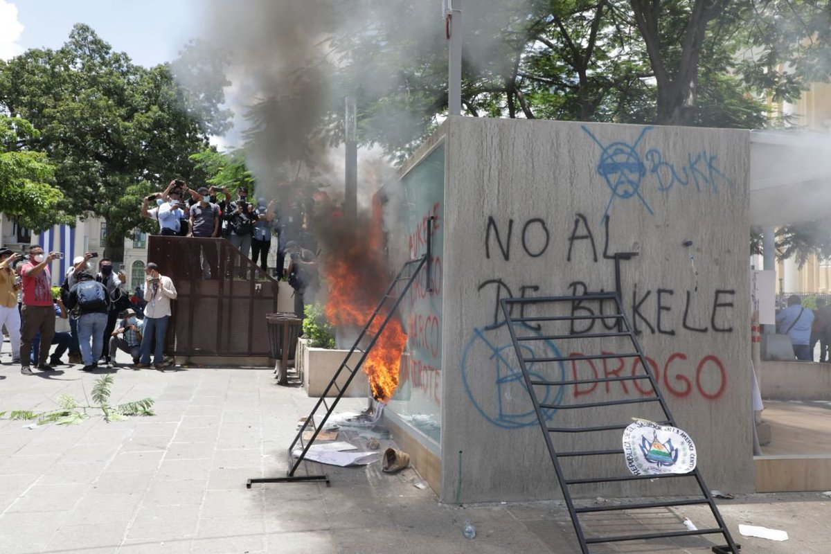 Manifestantes en El Salvador incendiaron cajero automático de Bitcoin en desafío al presidente Bukele